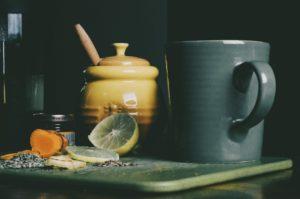 tonique au curcuma miel et citron, tous les ingrédients sont sur une planche