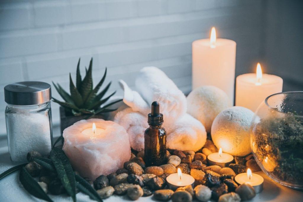 bougies et bombes de bain dans une salle de bain