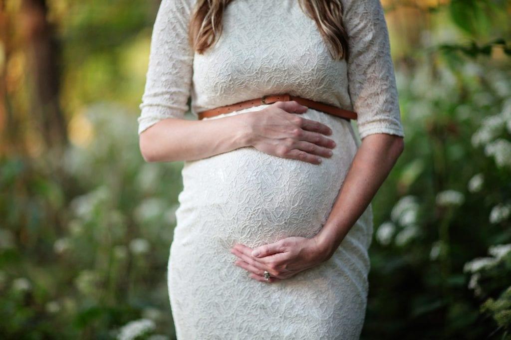 femme enceinte robe blanche