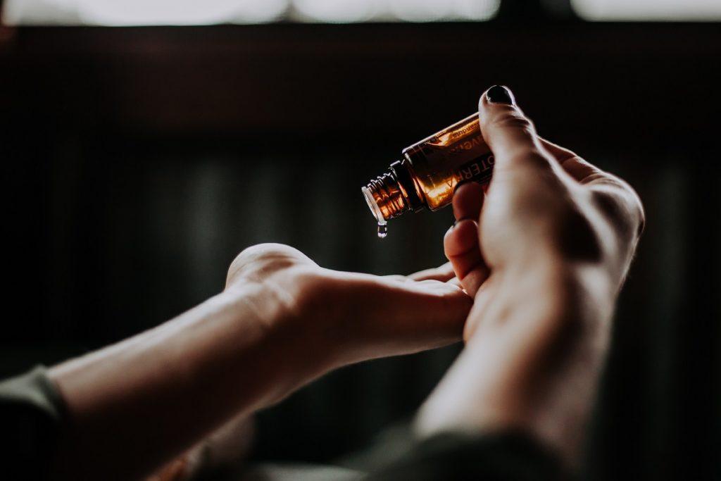 L'huile de souchet est un anti repousse poil réputé