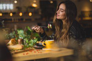 femme en extase devant une salade