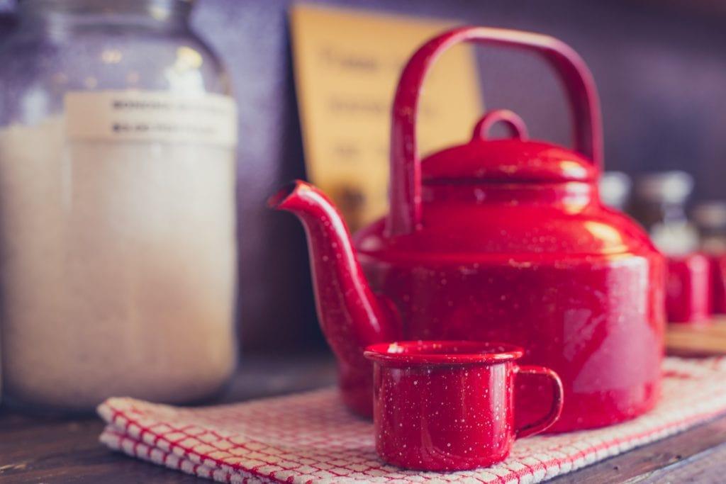 bouilloire rouge pour faire du thé