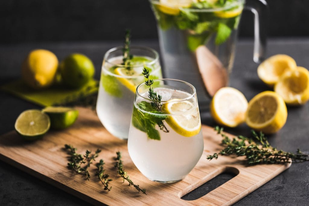 pichet de limonade et deux verres pleins