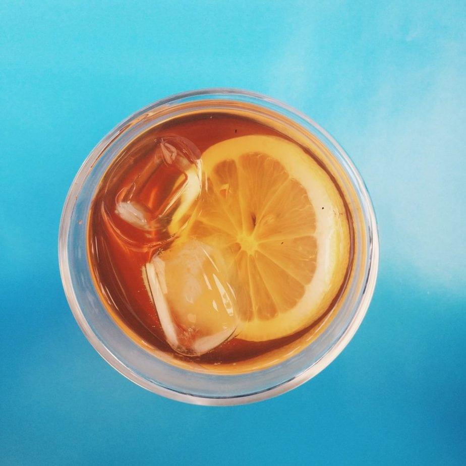 thé glacé citron sur fond bleu