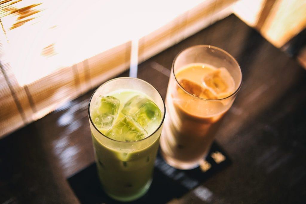 thé glacé au matcha et thé latte glacé au hojicha