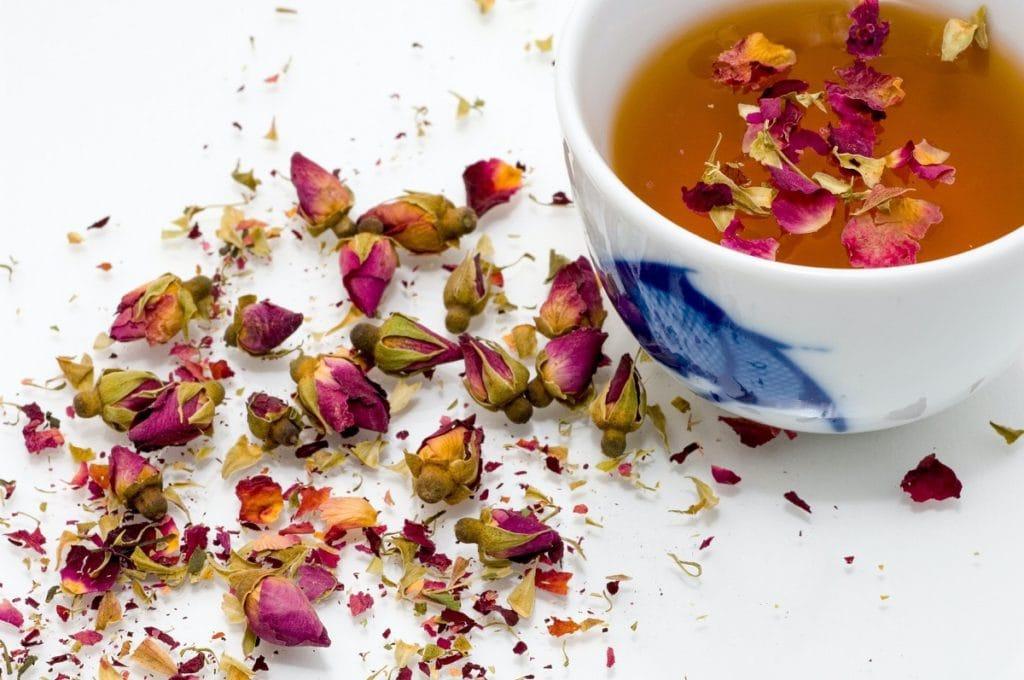Le thé aux pétales ou aux boutons de rose