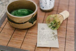 thé matche en poudre dans un bol japonais avec fouet en bambou