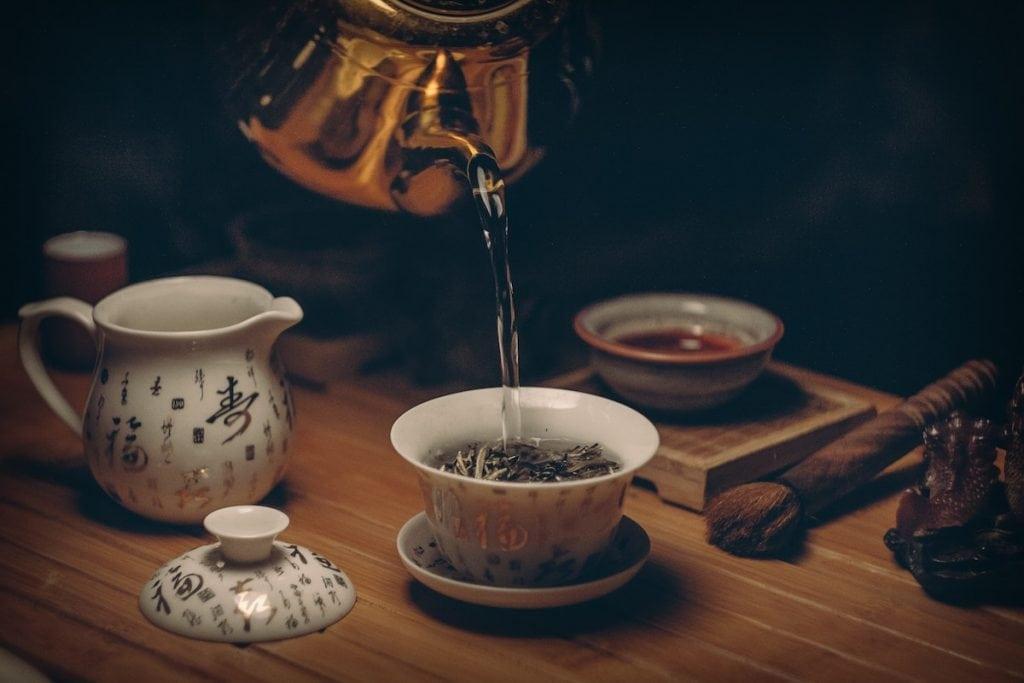 Thé blanc servi comme boisson chaude
